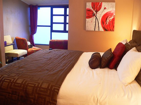 Poas Lodge and Restaurant: King size bed room