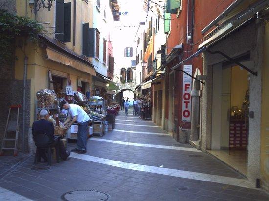 Hotel Palme & Suite: Street in Garda.