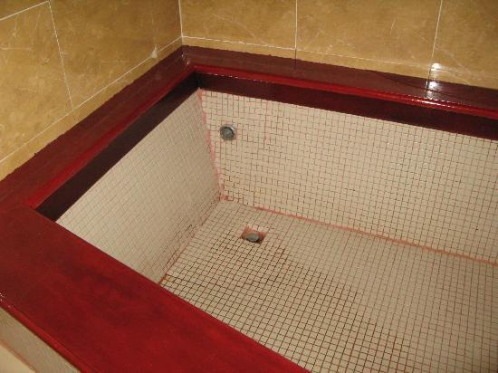 The Villa Paradiso: Awful and dangerous shower / tub
