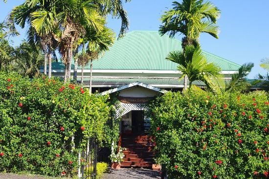 Samoan Outrigger Hotel: Front entrance