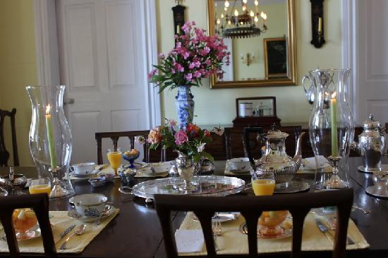 Granaway Guest House & Cottages : Another shot of the beautiful dining room and breakfast setting