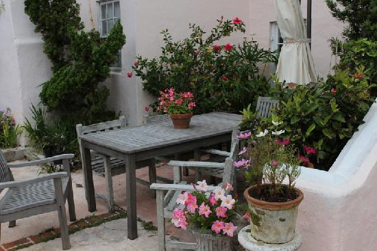 Granaway Guest House & Cottages : Another cozy spot in the garden