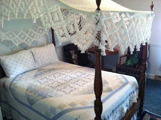 Haan's 1830 Inn: Comfy canopy bed at Haan's