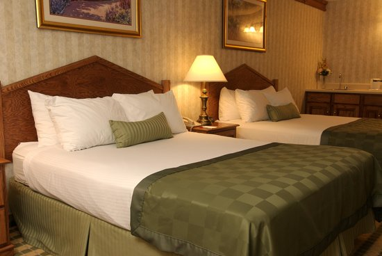Ramada Saginaw Hotel & Suites: Spacious Double Queen Guest Room equipt with refrigerator and microwave. Jetted bathtubs in the