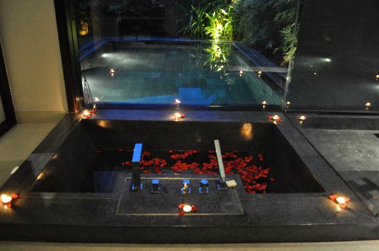 Fusion Maia Da Nang: flower bath inside hotel room