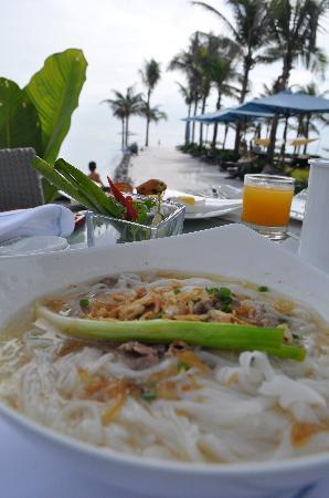 Fusion Maia Da Nang: breakfast pho by the pool