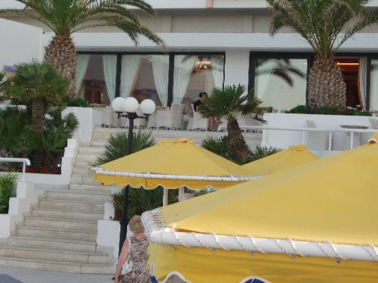 Mitsis Serita Beach Hotel : The Terace at the main area of the hotel