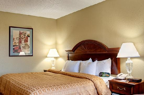 Clarion Highlander Hotel and Conference Center: King Guestroom