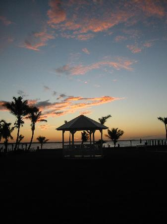 Tarpon Lodge & Restaurant: sunset over gazebo