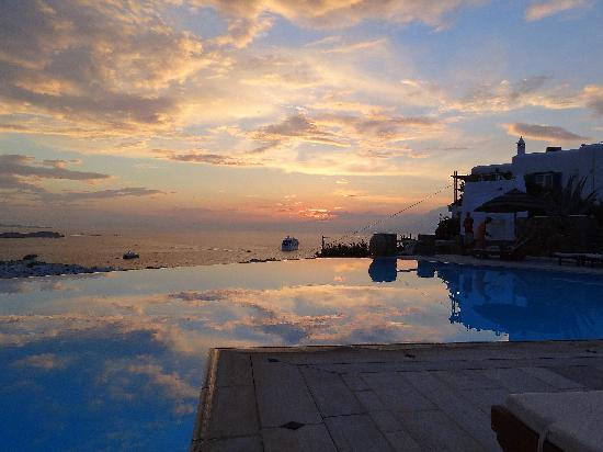 Vencia Hotel: Sunset at the Pool