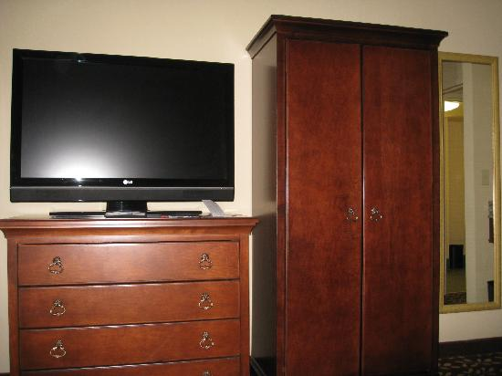 Embassy Suites by Hilton Orlando Airport: flat screen and closet