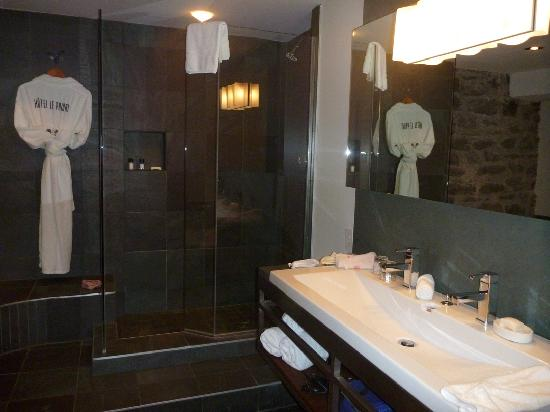 Hotel Le Priori: Slate-tiled bathroom