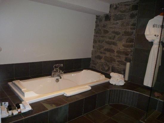 Hotel Le Priori: Sunken Jacuzzi tub