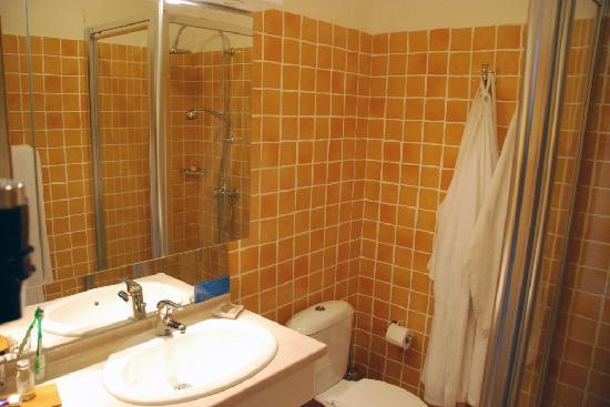 Hotel de la Fossette : the bathroom