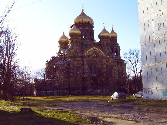 Liepaja, Lettonia: Die orthodoxe Kirche inmitten von Plattenbauten