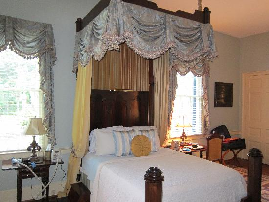 Historic Oak Hill Inn: Our bedroom