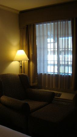Mountain View Inn: Sofa chair with ottoman
