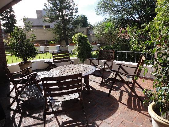 Regency Suites Hotel-Montevideo: Vista diurna del patio para fumadores