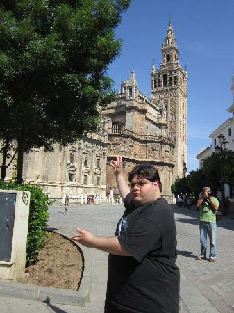 Sevilleventours: Estudiante frente a la catedral