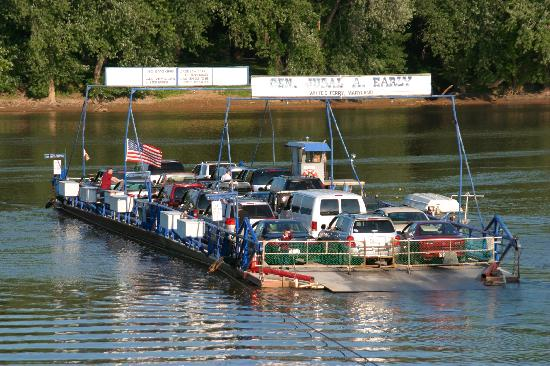 Leesburg, Wirginia: In operation since 1786, White's Ferry is the last working ferry on the Potomac River.
