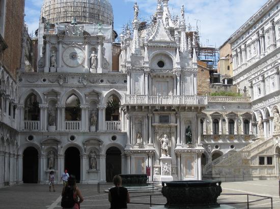 Venedig, Italien: inside Doge's Palace's courtyard