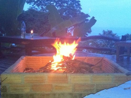 Seaview Bungalows Thansadet: Feuerstelle auf der Restaurantterasse