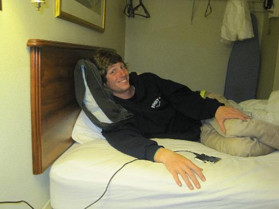 Decatur Extended Stay Hotel: He is comfy! Note the cleanliness of the bed & backboard!
