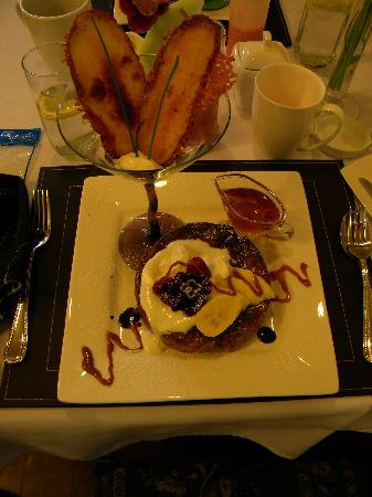 Bee & Thistle Guest House: Creme brulee french toast w/ bananas & Potato Petals