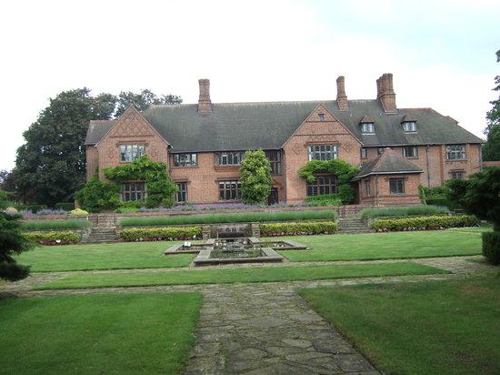 Goddards House and Garden: Garden setting
