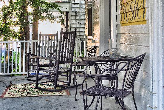 Charleston's NotSo Hostel: The downstairs porch