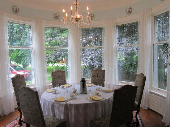 Grand Victorian Bed and Breakfast: dining area