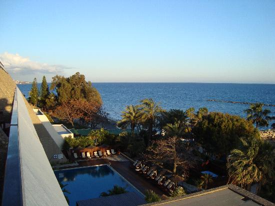Amathus Beach Hotel Limassol: View towards East-St Raphael Resort and Le Meridien
