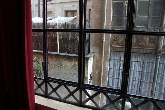 Hotel Aneto: Broken Window