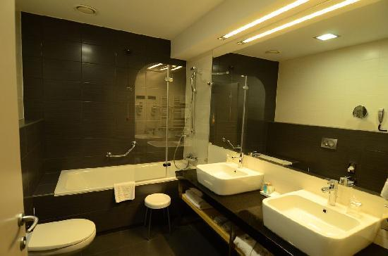 Atrium Hotel: Bathroom