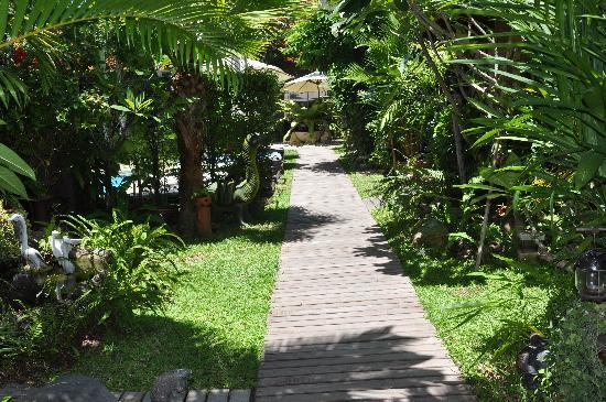 Le Prive Pattaya: Walk way to the rooms