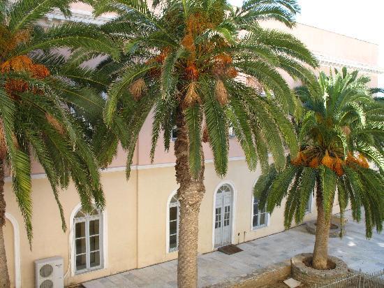 5 Hermoupolis Concept Sites: Blick aus dem Balkon. Im Vordfergrund: das ehrwürdige Apollon Theater