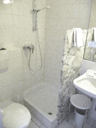 Bergschlösschen Hotel: Das klein, feine Bad, leider ohne Duschabtrennung
