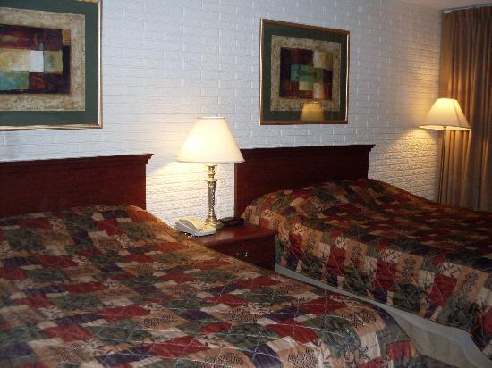 Howard Johnson Inn Williamsburg : 2 queen beds in our room