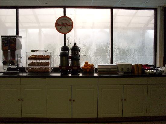 Howard Johnson Inn Williamsburg: Free Breakfast