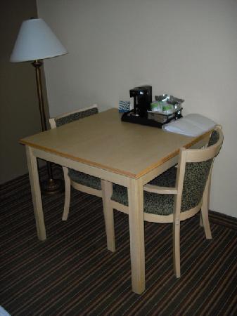 هامبتون إن هاريسبورججرانتفيل: Table and chairs