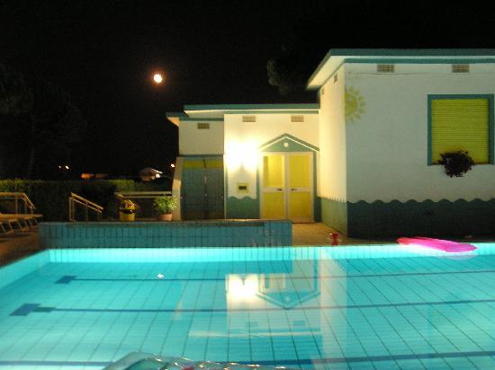 Hotel Palm Beach: Piscina di sera