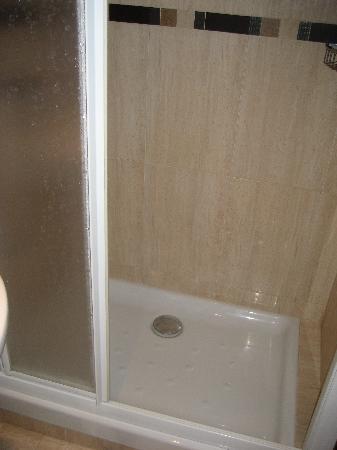 Maria Cristina Hostal: Clean, decent size shower.