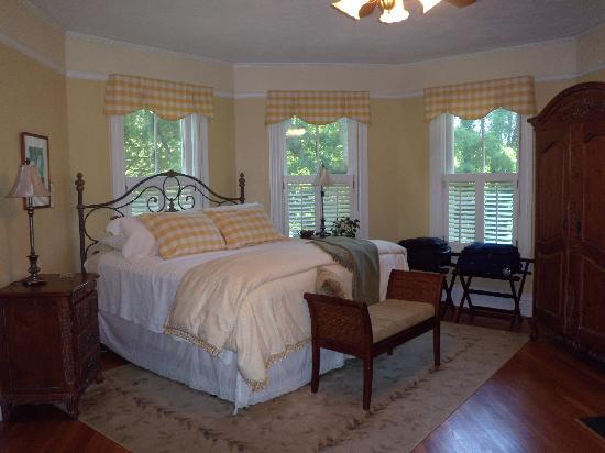 Oak Hill on Love Lane Bed & Breakfast : Most comfortable bed we've ever slept in!