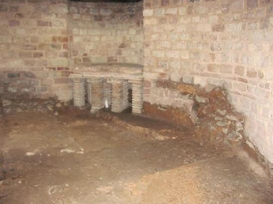 Imperial Roman Baths (Kaiserthermen) : some recognizable 'bath' features