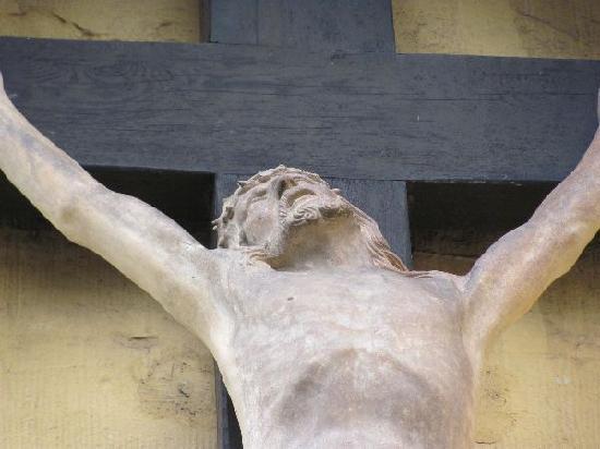 St. Paulin-Kirche: detail exterior crusifix