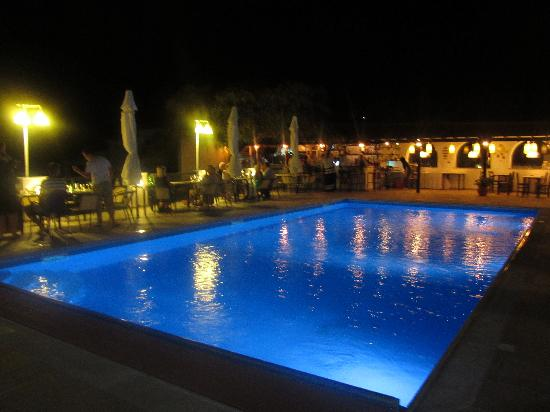 Villa Apollon Skiathos: The pool and bar area at night