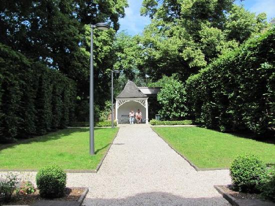 Karl-Marx-Haus: courtyard and gazebo