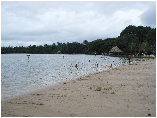 Iquitos, Peru: playas hermosas en las orillas de los rios y lagos de la selva Peru