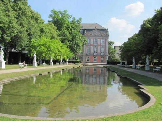 Kurfürstliches Palais: with pond