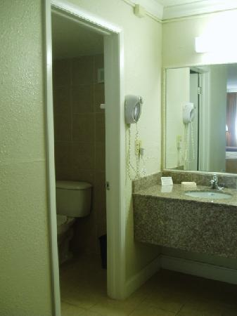 Quality Inn Airport: bathroom